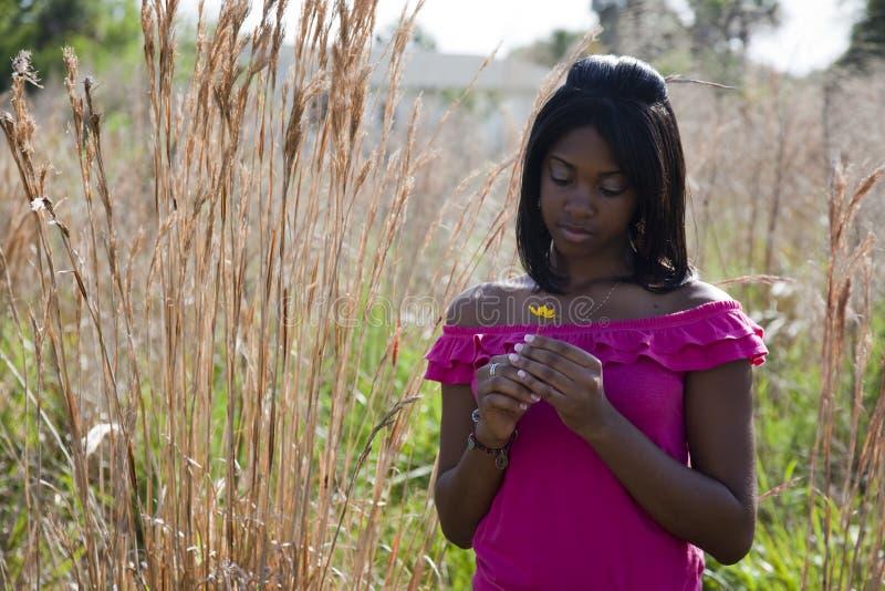 Afroamericano adolescente en naturaleza fotografía de archivo