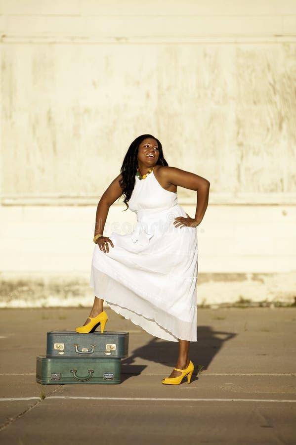 Download Afroamericano Con La Valigia Fotografia Stock - Immagine di bellezza, abbastanza: 3147552