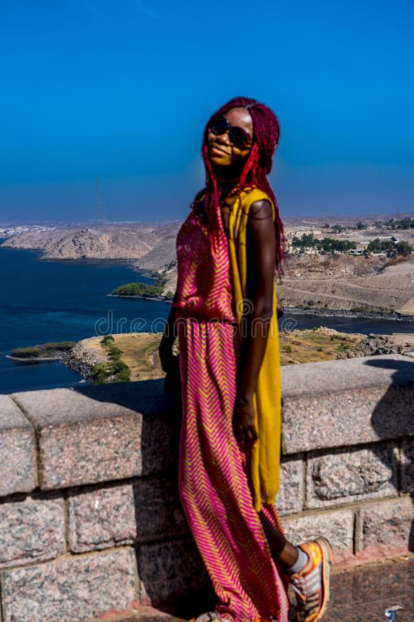 Afroamericano de Chicago posa en la represa de Aswan, Egipto imagen de archivo libre de regalías