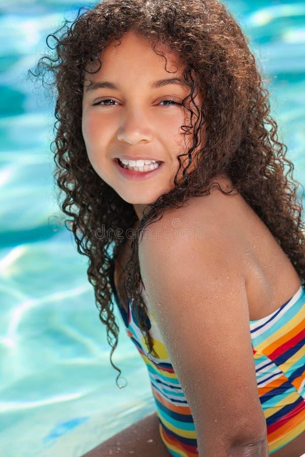 Afroamerikaner-Biracial Mädchen-Kind im Swimmingpool stockfotos