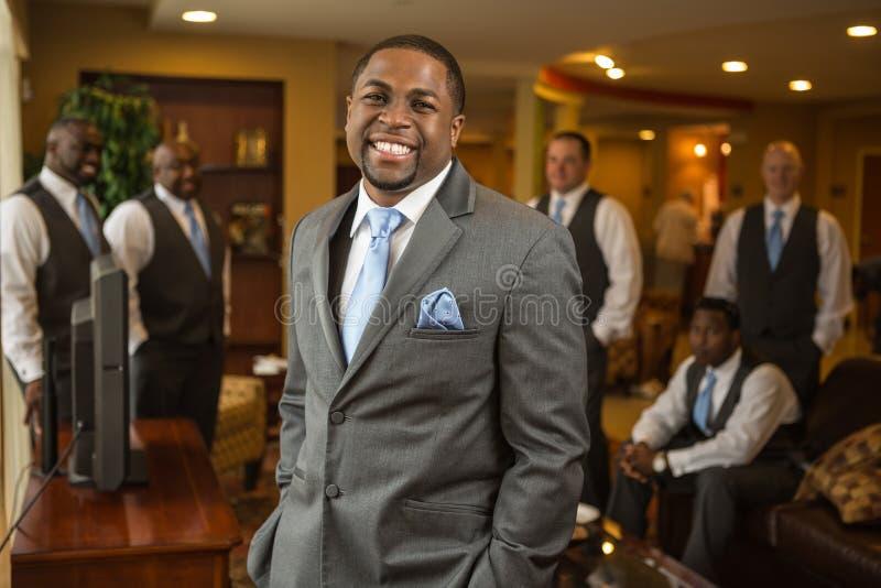 Afroamerikaner Bräutigam- und Groomsmenlächeln stockfoto