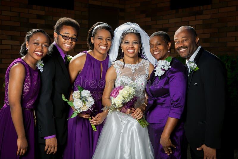 Afroamerikaner-Braut mit ihrer Familie lizenzfreie stockbilder