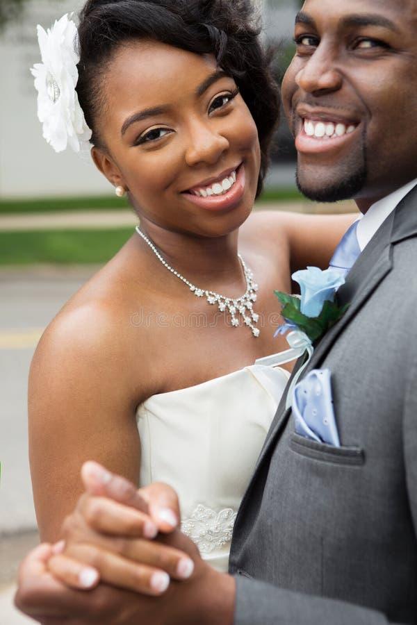 Afroamerikaner-Braut und Bräutigam lizenzfreie stockfotos