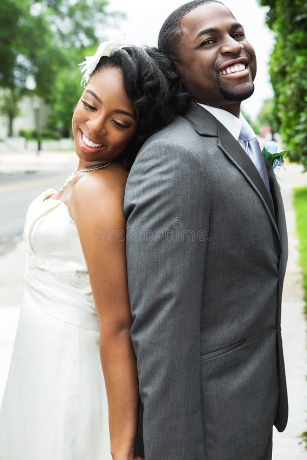 Afroamerikaner-Braut und Bräutigam lizenzfreie stockfotografie