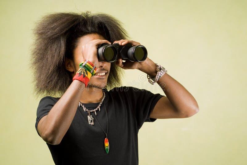 Afroamerikaner, der mit Binokeln aufwirft lizenzfreies stockfoto