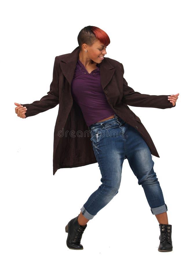 Afroamerikaner-Frau, die zur Musik tanzt lizenzfreie stockfotos