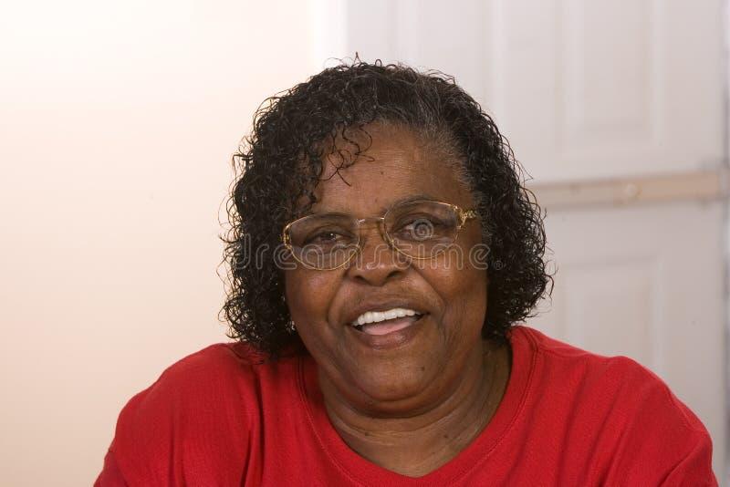 Afroamerikaner-Frau glücklich lizenzfreie stockfotos