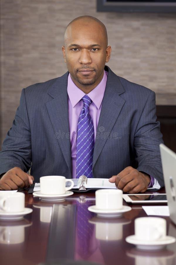 Afroamerikaner-Geschäftsmann im Büro-Sitzungssaal stockfotografie