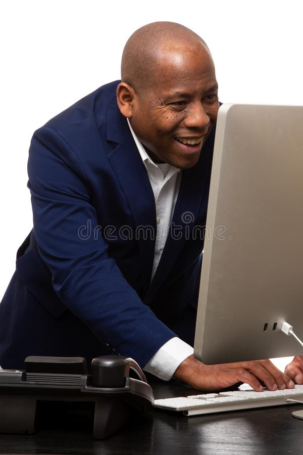 Afroamerikaner-Geschäftsmann Looks At Computer lizenzfreie stockfotografie