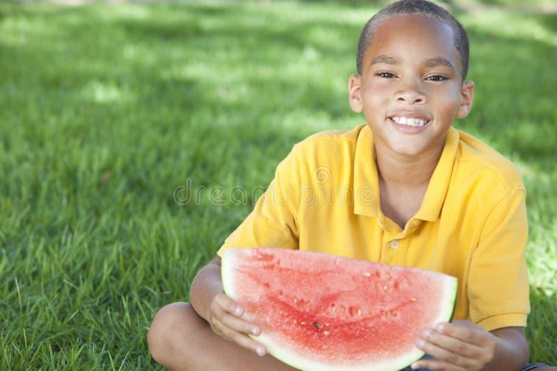 Afroamerikaner-Jungen-Kind, das Wassermelone isst lizenzfreie stockfotos