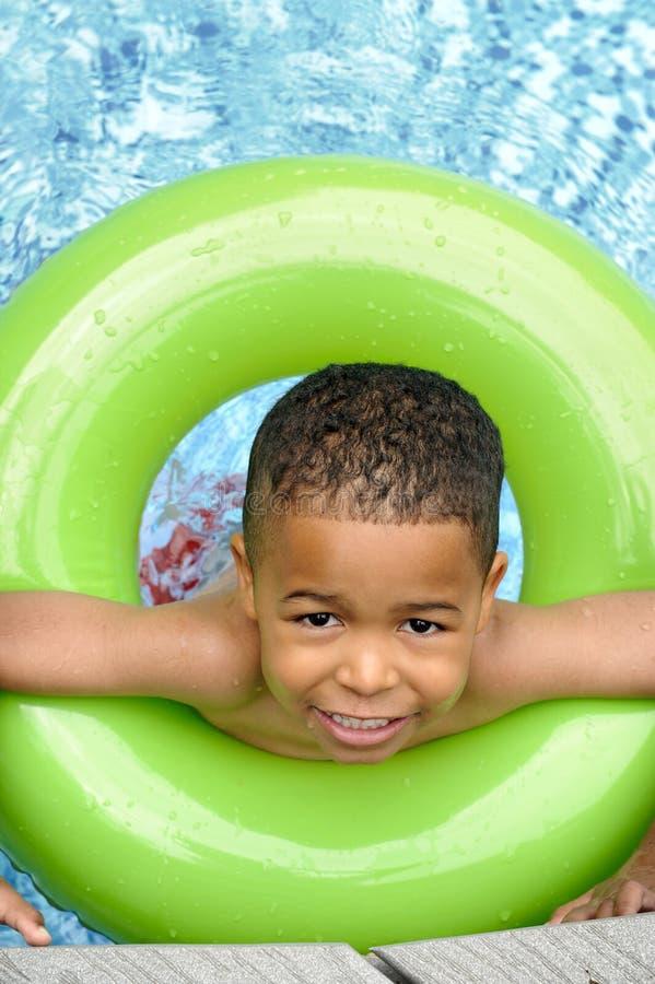 Afroamerikaner-Kind-Schwimmen lizenzfreie stockbilder