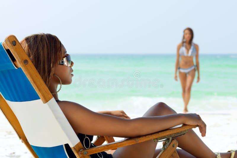 Afroamerikaner-Mädchen auf dem Strand stockbild