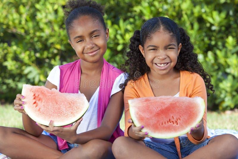 Afroamerikaner-Mädchen-Kinder, die Wassermelone essen lizenzfreie stockfotos