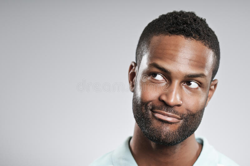 Afroamerikaner-Mann, der an eine gute Idee denkt stockbilder