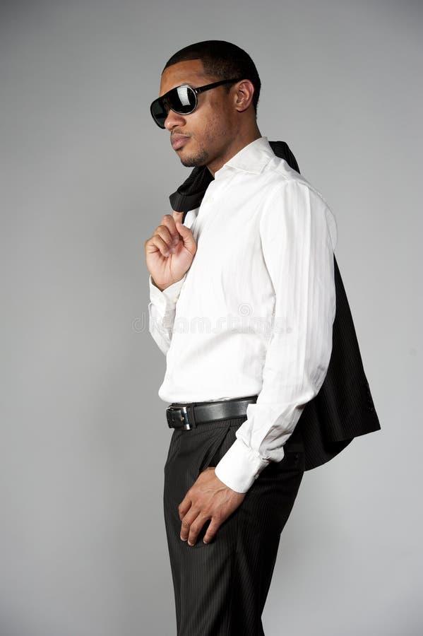Afroamerikaner-Mann in einer Klage lizenzfreie stockfotos