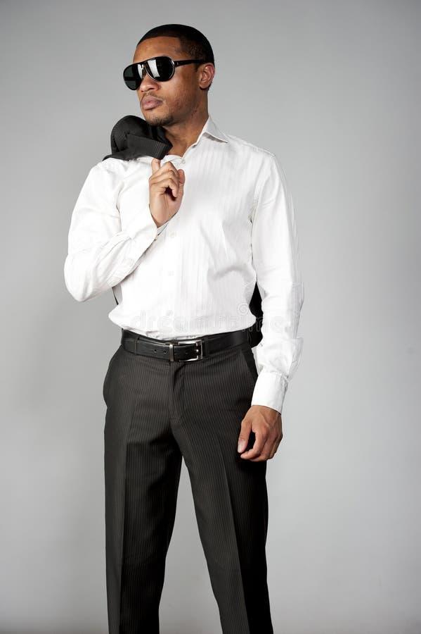 Afroamerikaner-Mann in einer Klage lizenzfreie stockbilder