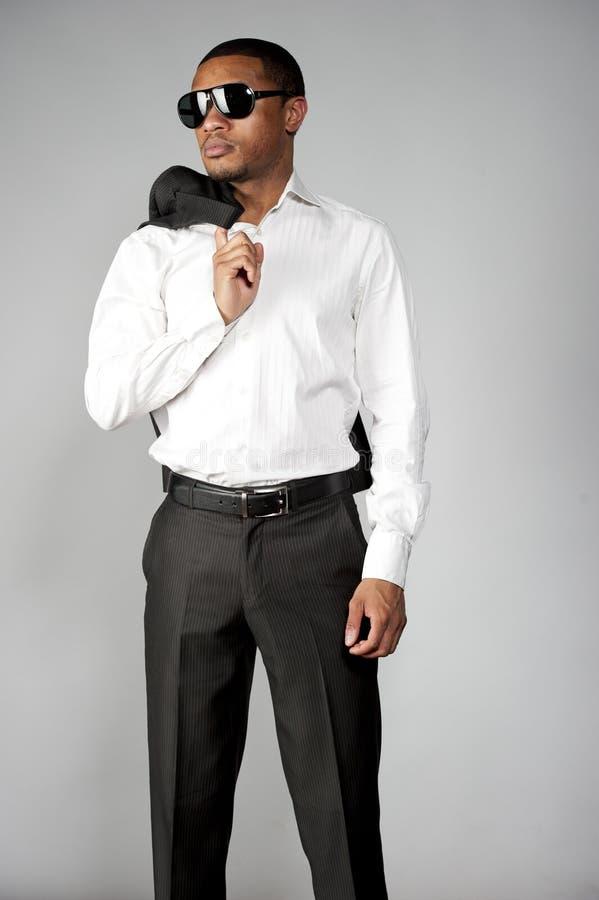 Afroamerikaner-Mann in einer Klage lizenzfreie stockfotografie