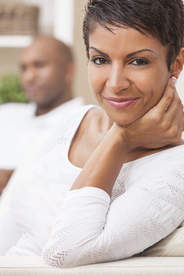 Afroamerikaner-Mann-Frauen-Paare zu Hause lizenzfreie stockfotografie