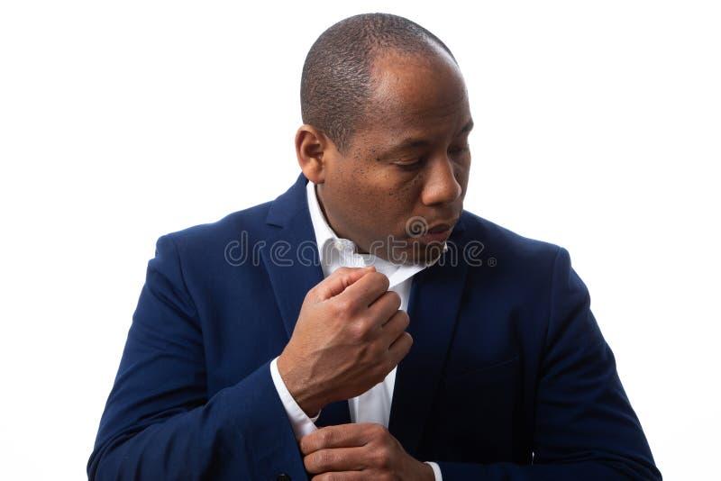 Afroamerikaner-Mann gekleidete Geschäfts-zufällige Festlegung sein Hemd lizenzfreies stockfoto