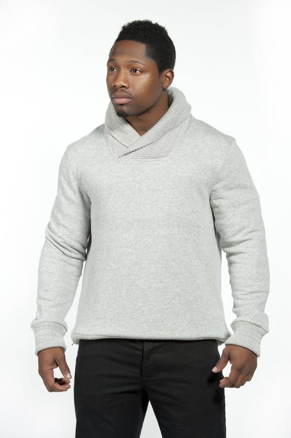 Afroamerikaner-Mann in Gray Sweater stockbild