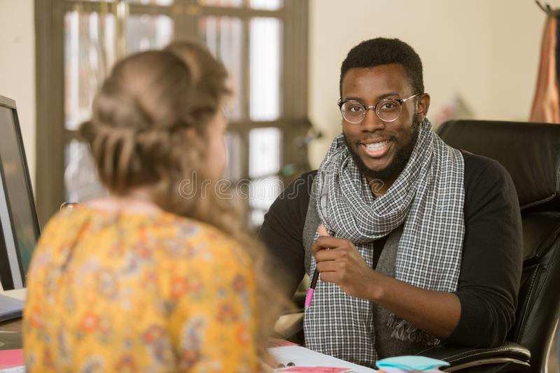 Afroamerikaner-Mann mit Kollegen oder Kunden lizenzfreie stockfotos
