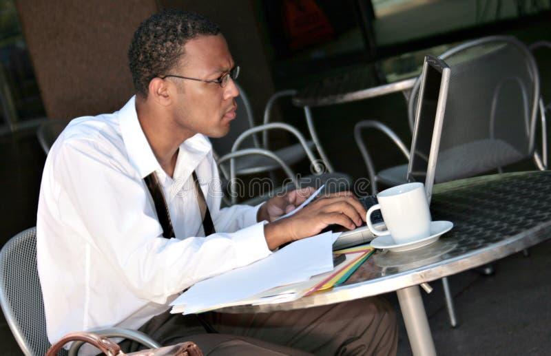Afroamerikaner-schwarzer Geschäftsmann, der an seinem arbeitet stockbilder