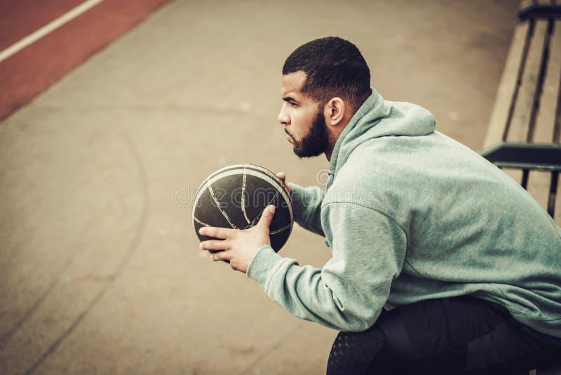 Afroamerikaner streetball Spieler, der draußen stillsteht lizenzfreies stockbild