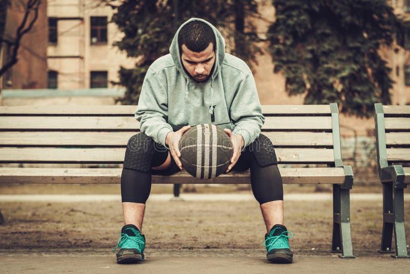 Afroamerikaner streetball Spieler, der draußen stillsteht lizenzfreie stockfotografie