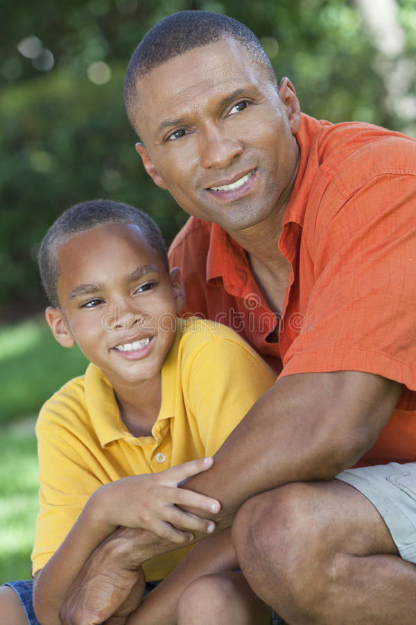 Afroamerikaner-Vater und Sohn-Familie draußen lizenzfreie stockbilder