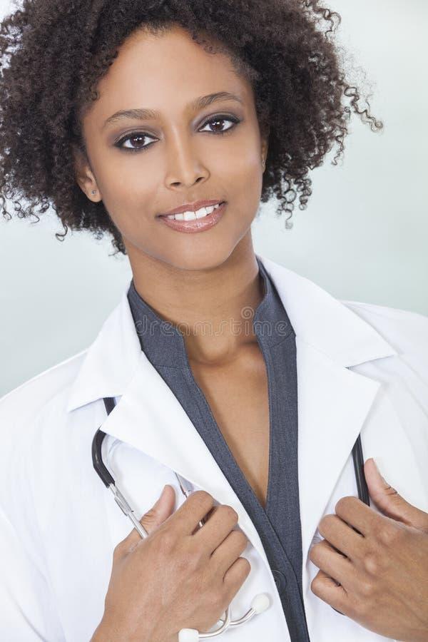 Afroamerikaner-weiblicher Frauen-Krankenhaus-Doktor lizenzfreie stockbilder