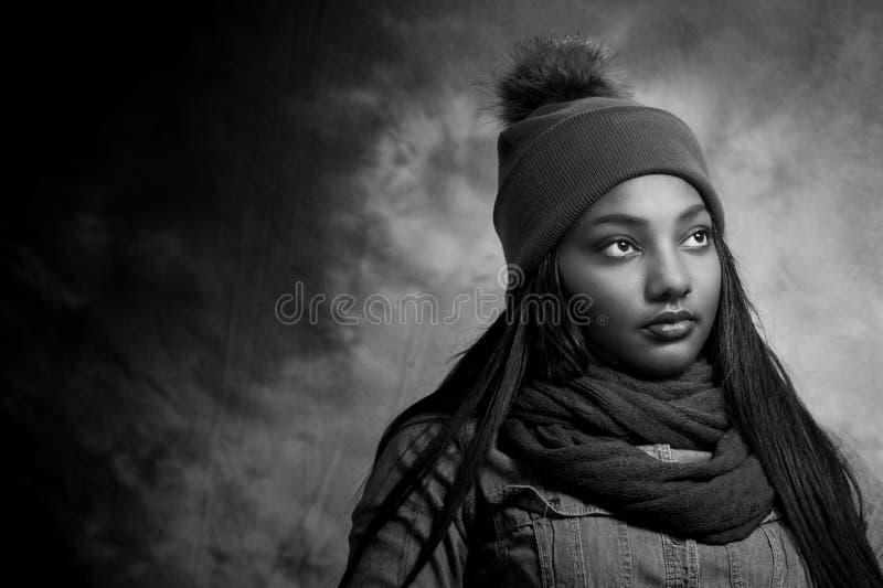 Afroamerikaner-weibliches Schwarzweiss stockfoto