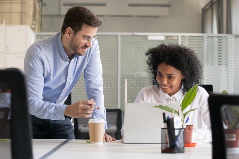 Afroamerikanerangestellter Aufgabe des freundlichen Mentors erklärender lizenzfreies stockbild