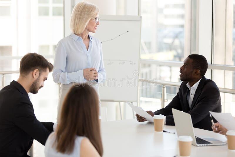 Afroamerikanerangestellter stellen Frage Trainer zum von mittlerem Alter, Chef stockbild