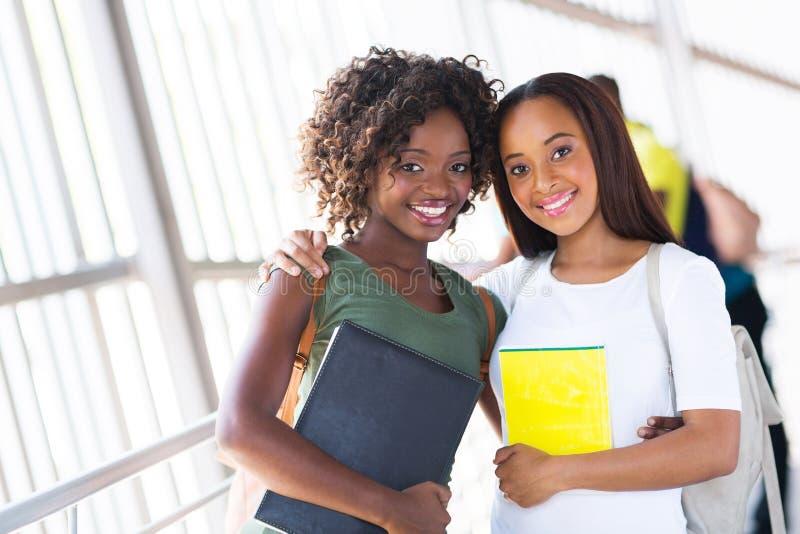 Afroamerikanercollegefreunde stockbilder