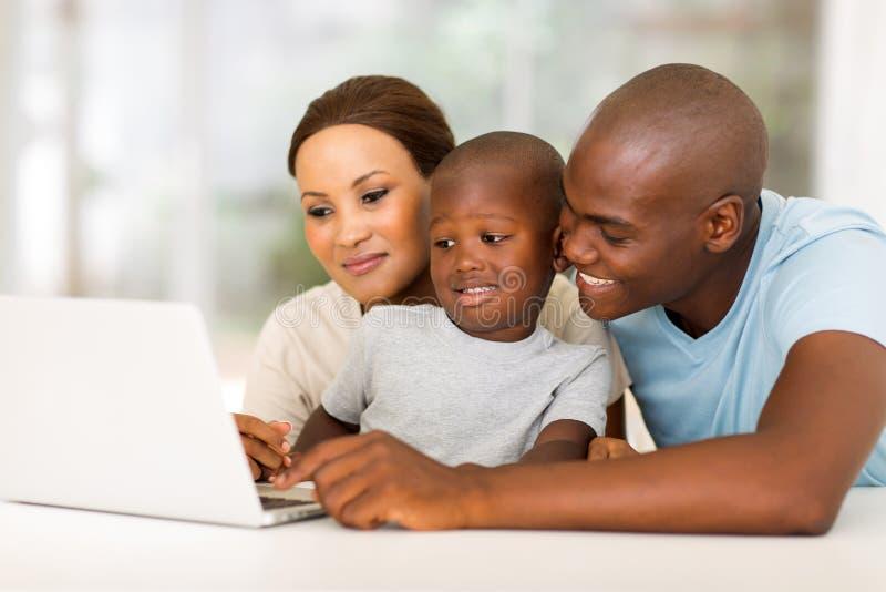 Afroamerikanerfamilienlaptop lizenzfreie stockfotografie