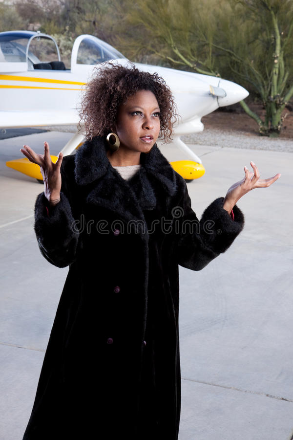 Afroamerikanerfrau, die am Flughafen wartet stockfotos