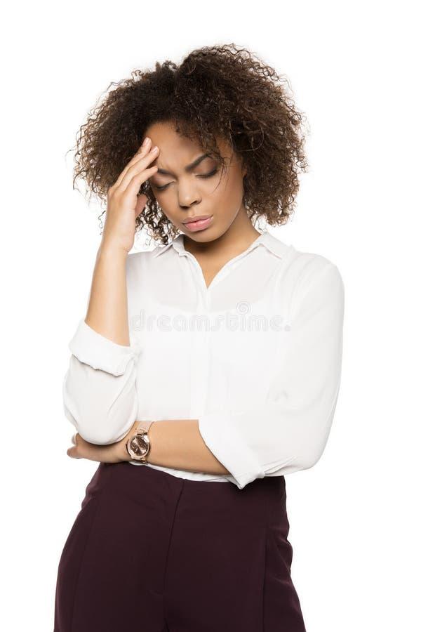 Afroamerikanerfrau mit Kopfschmerzen lizenzfreie stockfotos