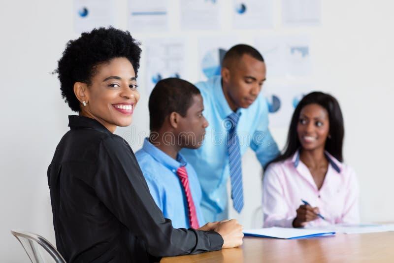 Afroamerikanergeschäftsfrau bei der Arbeit im Büro lizenzfreie stockbilder