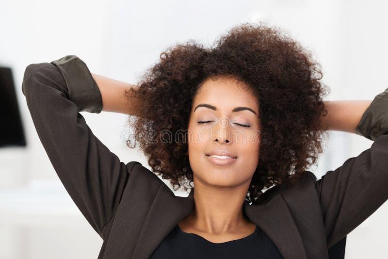 Afroamerikanergeschäftsfrau, die eine Pause macht stockfotografie
