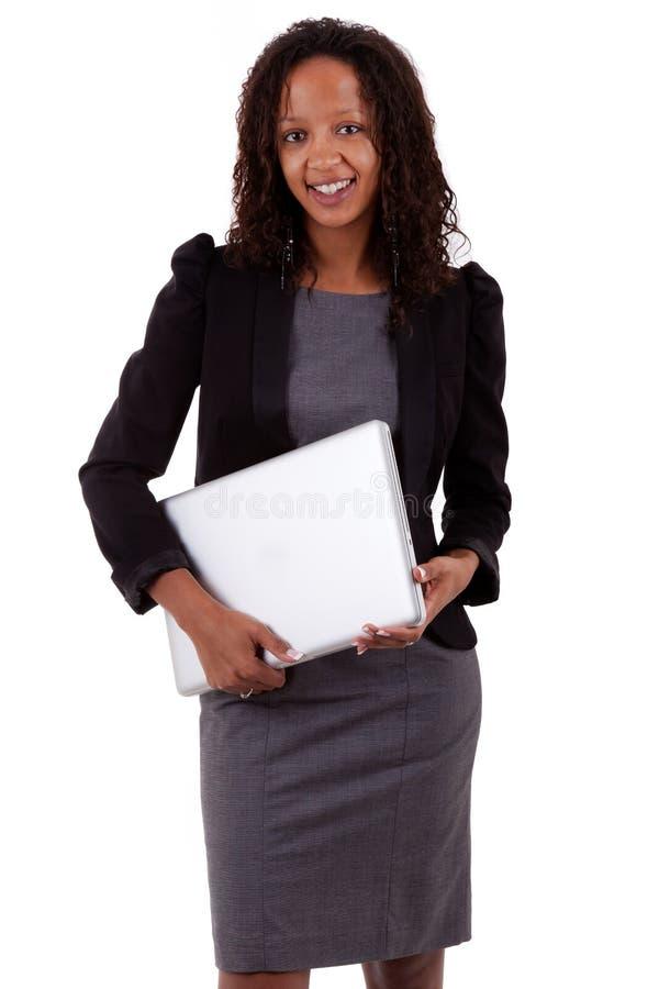 AfroamerikanerGeschäftsfrau, die einen Laptop anhält lizenzfreie stockbilder