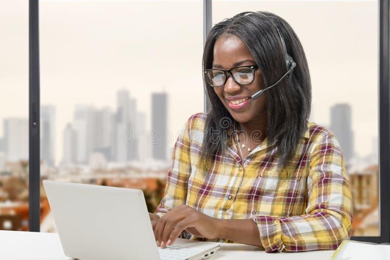 AfroamerikanerGeschäftsfrau, die mit Tablette arbeitet lizenzfreies stockbild