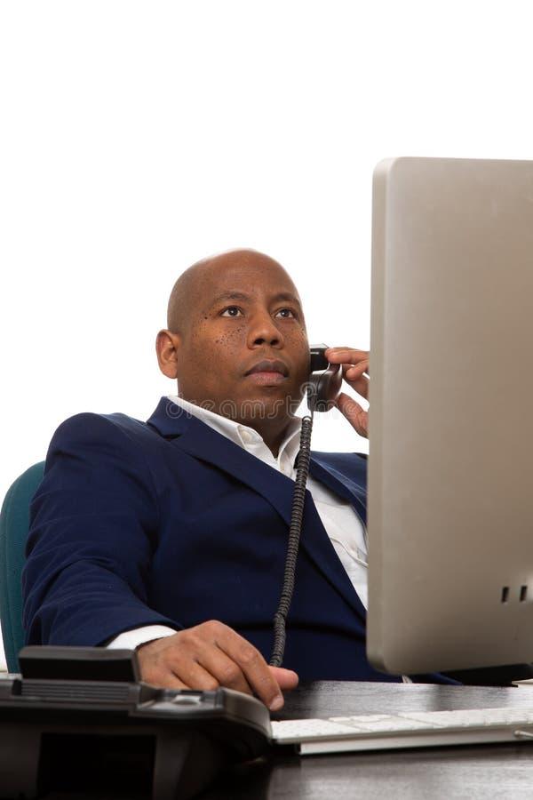 Afroamerikanergeschäftsmann, der am Telefon spricht stockbild