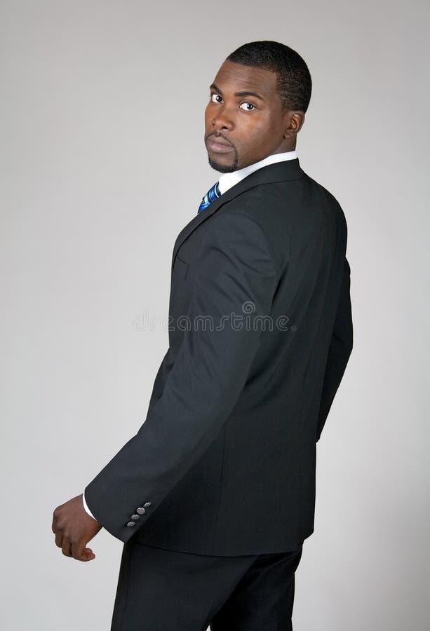 Afroamerikanergeschäftsmann, der zurück schaut lizenzfreies stockbild