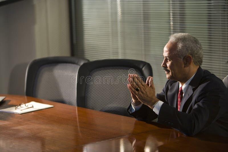 Afroamerikanergeschäftsmann am Konferenztische lizenzfreie stockfotos