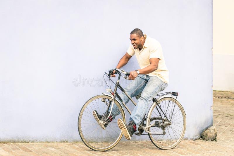 Afroamerikanerkerl, der Spaß mit Weinlesefahrrad - Freizeit hat stockfotos