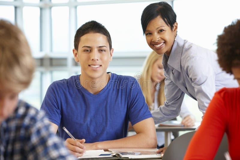Afroamerikanerlehrer in der Klasse mit Studenten lizenzfreie stockfotos