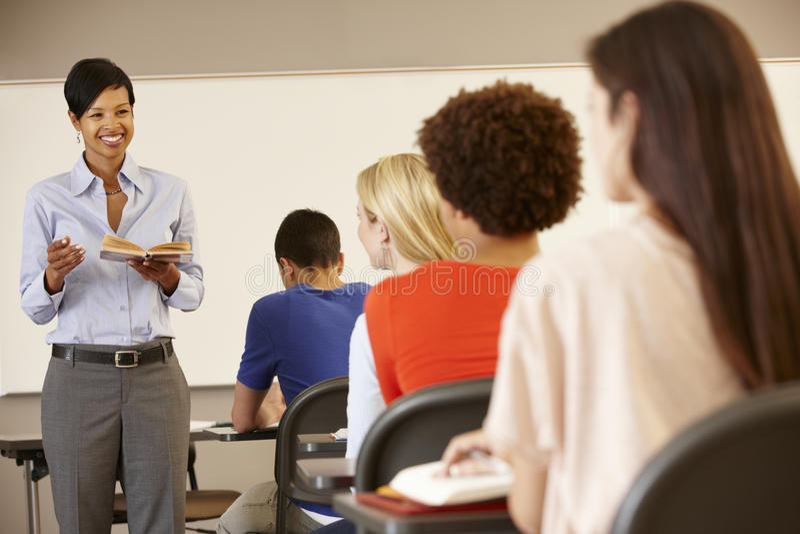 Afroamerikanerlehrerunterricht an der Front der Klasse lizenzfreie stockbilder