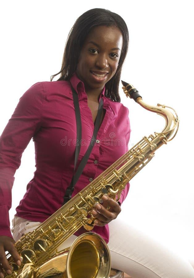 Afroamerikanermädchen-Spiel-Saxophon Lizenzfreies Stockfoto
