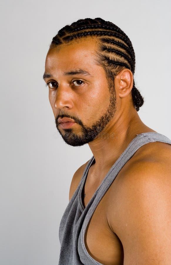 Afroamerikanermann mit cornrow Haarschnitt stockbilder