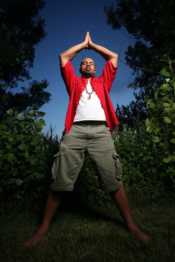 Afroamerikanermannyoga lizenzfreie stockfotos